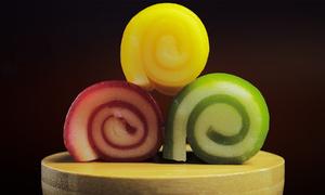 Cô gái làm bánh da lợn đa màu sắc từ hoa quả