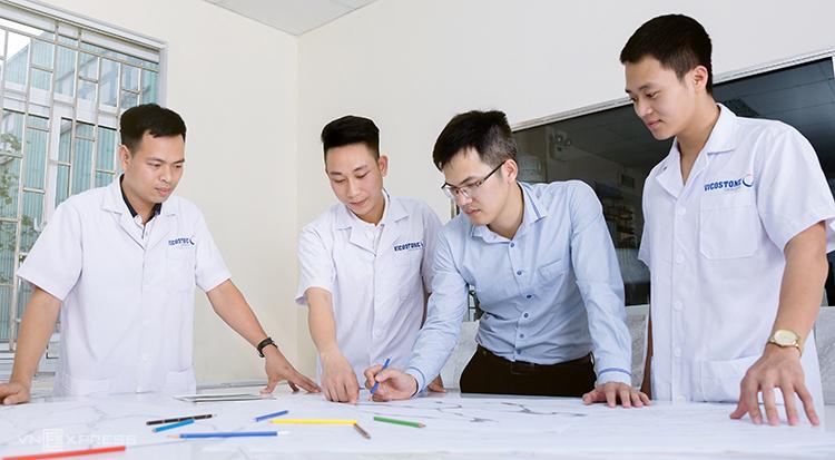 Các sinh viên được hướng dẫn nghiên cứu tại phòng thí nghiệm.
