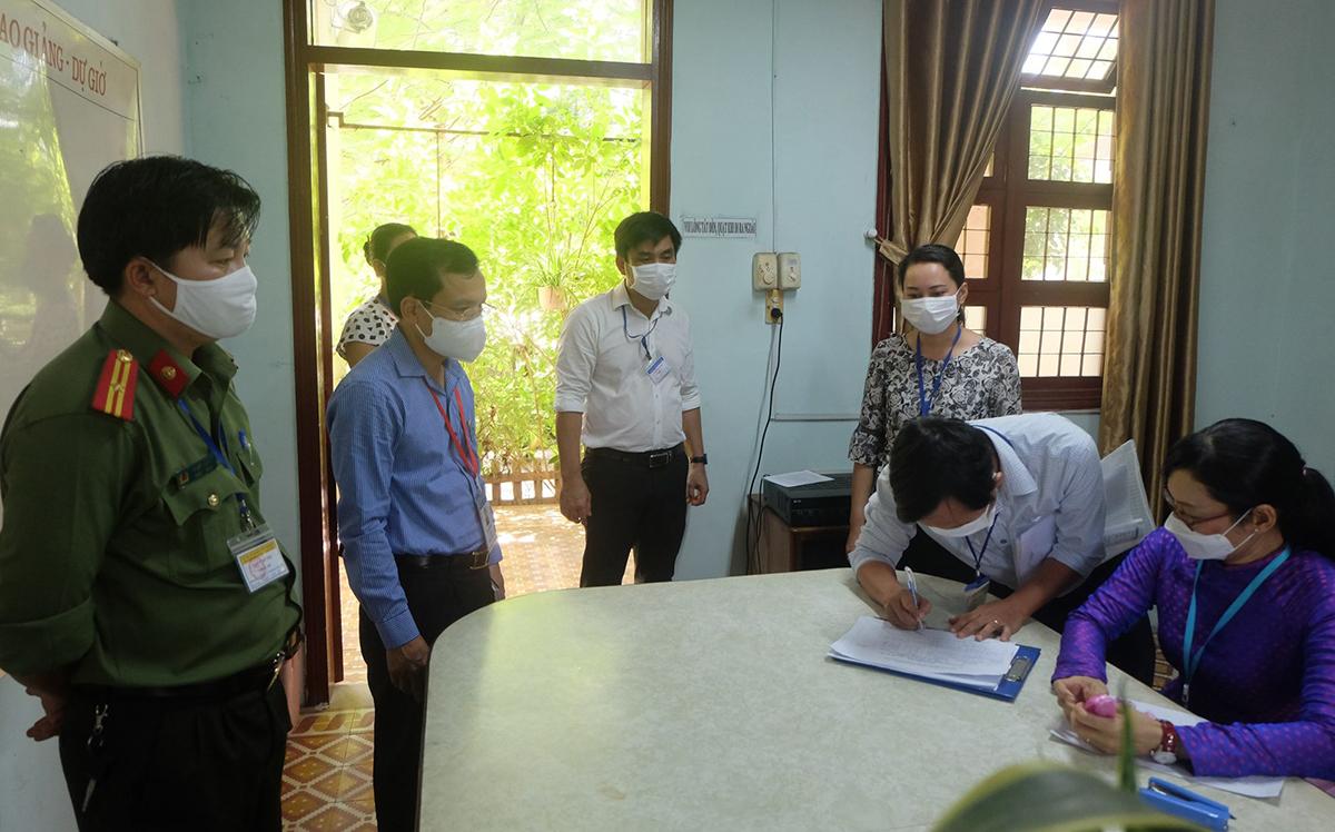 Ông Mai văn Trinh (thứ hai từ trái sang) kiểm tra công tác làm thi tại một điểm thi ở Đà Nẵng. Ảnh: Kim Anh.