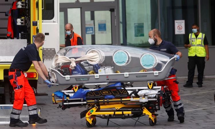 Nhân viên y ế Đức di chuyển lãnh đạo đối lập Nga Alexei Navalny vào bệnh viện Charite ở Berlin hôm 22/8. Ảnh: AFP.