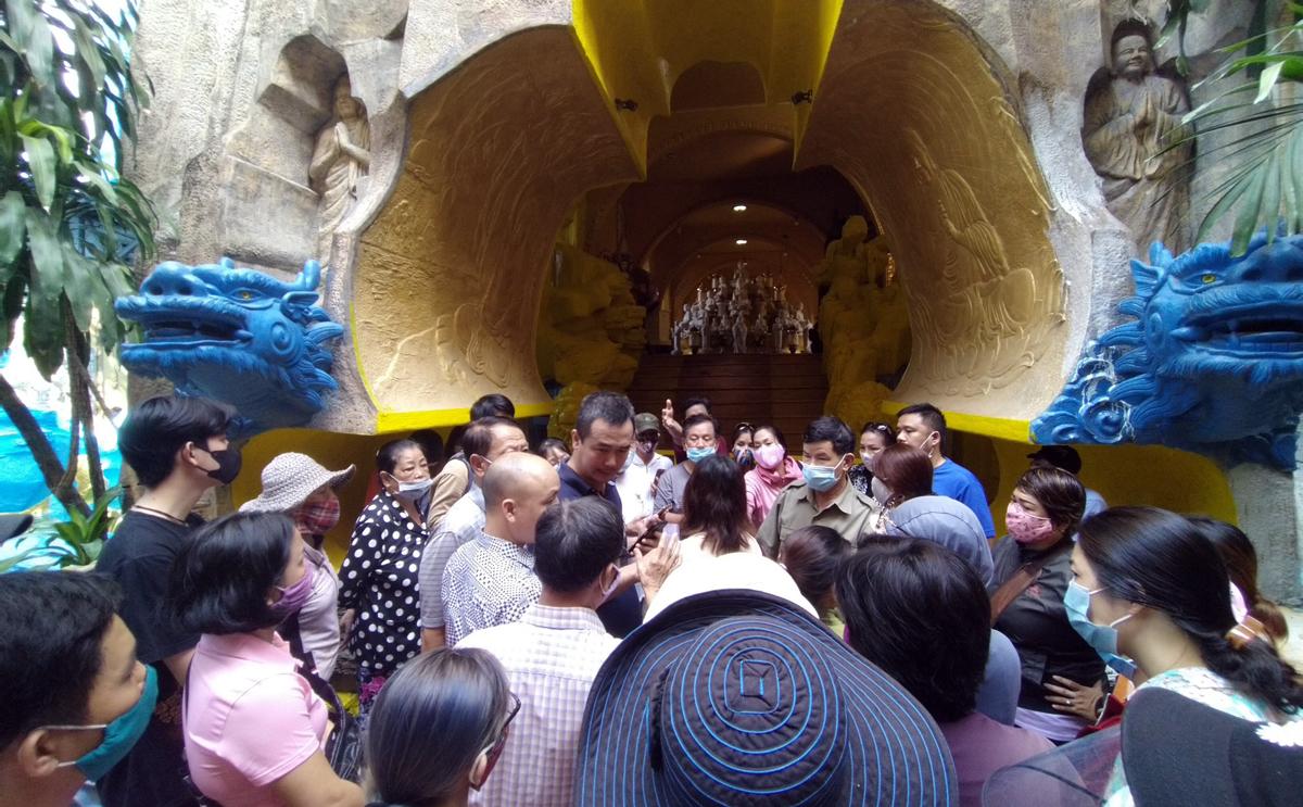 Người dân bức xúc kéo đến chùa Kỳ Quang sáng 3/9. Ảnh: Anh Nguyễn
