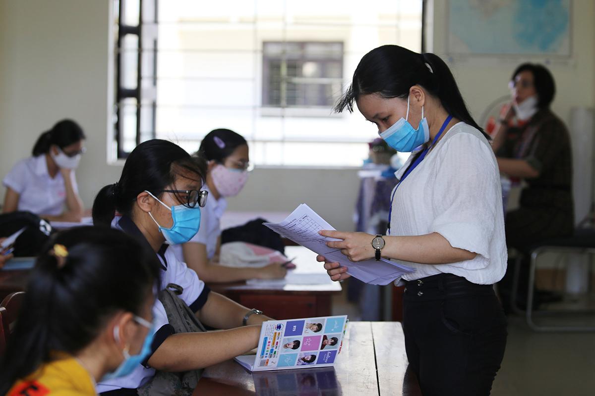 Cán bộ coi thi làm nhiệm vụ ở buổi làm thủ tục dự thi chiều 2/9 tại Quảng Nam. Ảnh: Đắc Thành.