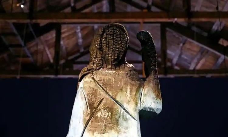 Bức tượng gỗ Đệ nhất phu nhân Mỹ Melania Trump bị cháy tại một phòng trưng bày nghệ thuật ở thị trấn ven biển Koper, Slovenia hôm 2/9. Ảnh: Reuters.