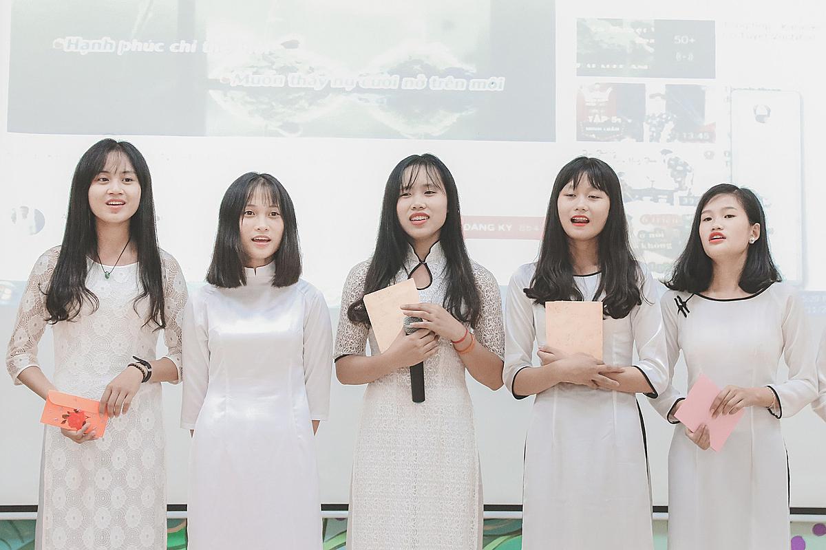 Nguyễn Thị Nhi (thứ hai từ trái sang) biểu diễn văn nghệ cùng bạn học.