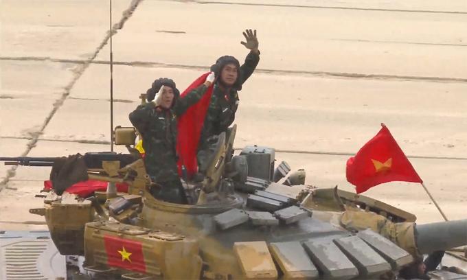 Kíp VN3 trên đường đưa xe về bãi sau khi hoàn thành vòng đua cuối cùng.  Ảnh chụp màn hình video kênh Телеканал Звезда của Bộ Quốc phòng Nga.