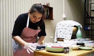 Nữ sinh viên kiến trúc làm bánh trung thu than tre