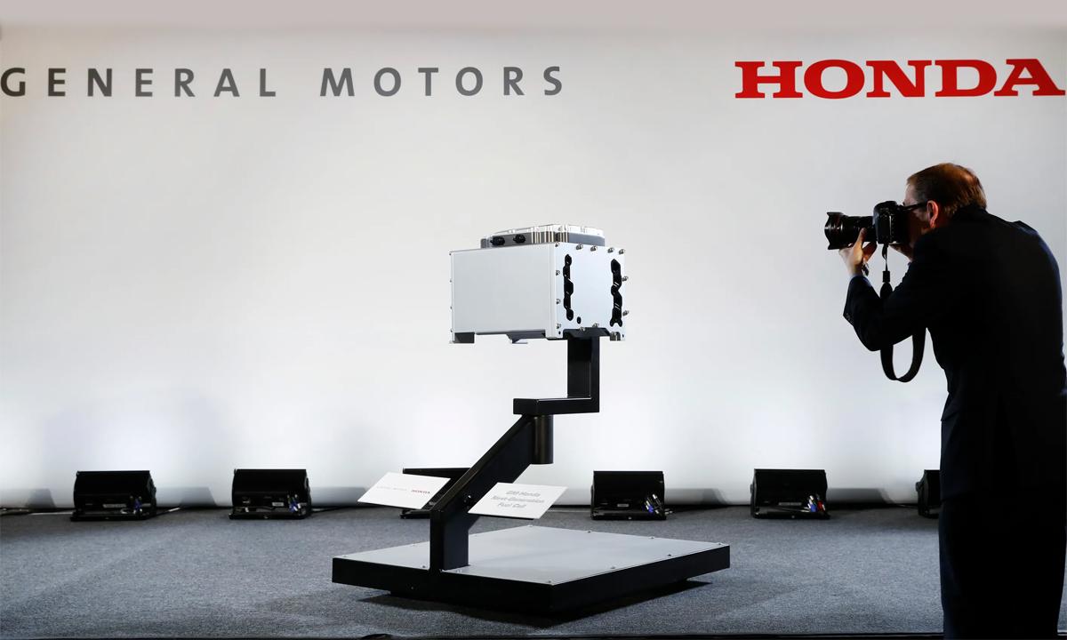 Một phóng viên đang chụp mẫu pin nhiên liệu thế hệ mới của liên minh GM và Honda tại buổi họp báo ở Detroit, Mỹ hôm 30/1. Ảnh: AP