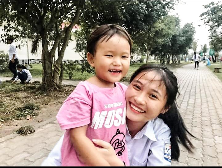Nguyễn Thị Nhi (áo trắng) và em nhỏ ở mái ấm Phật Tích, Bắc Ninh (do Quỹ Thiện Tâm, thuộc Tập đoàn Vingroup tài trợ).