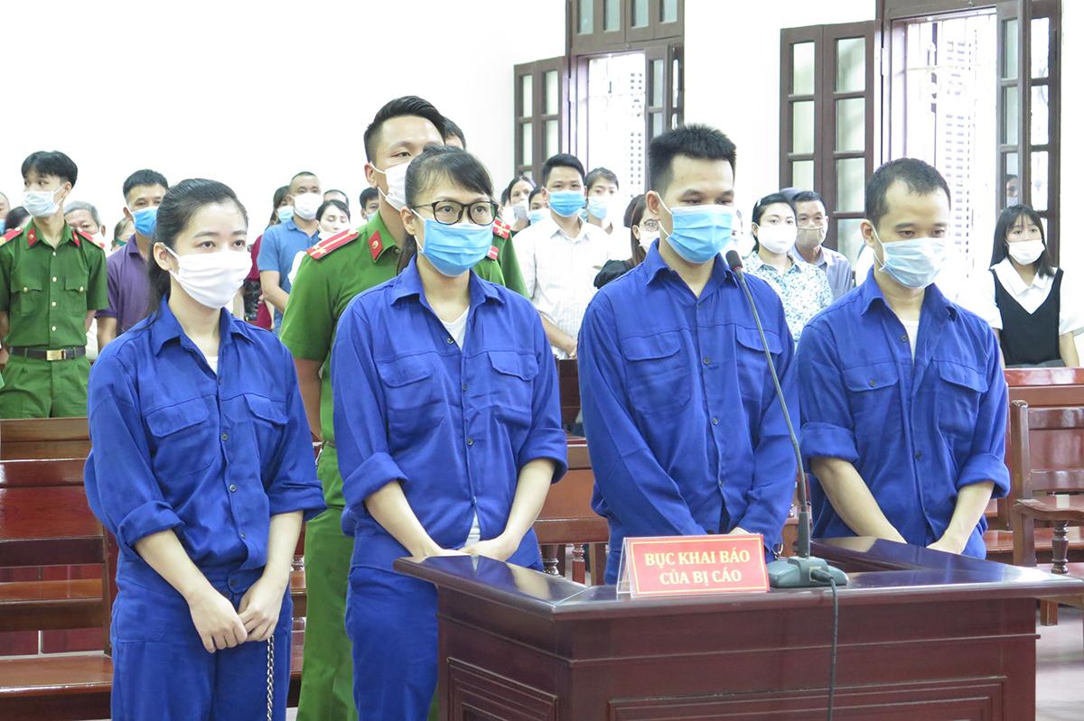 Trần Thị Kim Chi (thứ 2 từ trái qua phải) cùng 3 bị cáo: Lê Vương Hoàng, Nguyễn Thị Minh Huệ và Chu Văn Nha. Ảnh: Giang Chinh