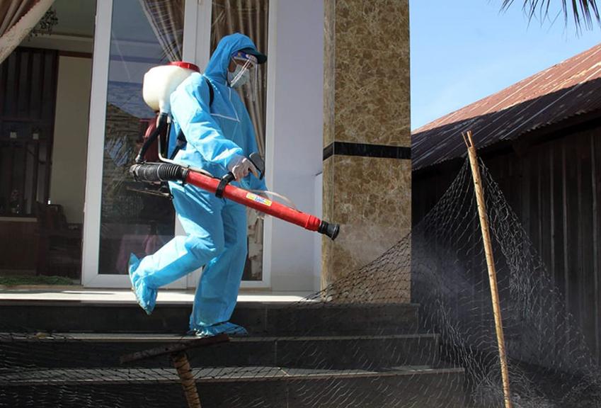 Nhân viên Y tế phun thuốc khử khuẩn ở khu vực thôn 7, sáng 4/9: Ảnh: Ngọc Oanh.