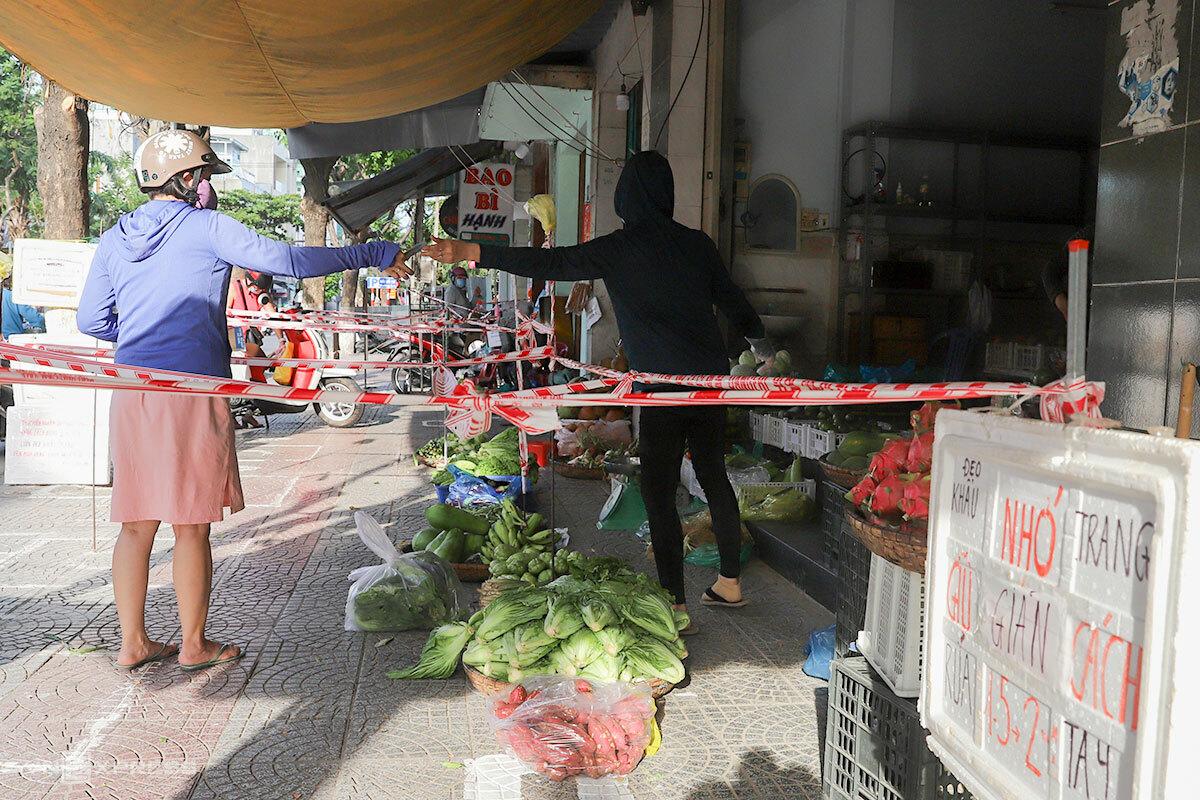 Các cửa hàng bán nhu yếu phẩm căng dây để đảm bảo khoảng cách bán hàng trong thời gian Đà Nẵng cách ly xã hội. Ảnh: Nguyễn Đông.