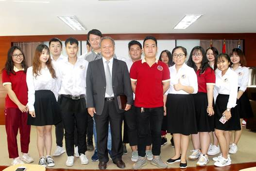 Giáo sư, Tiến sĩ Phan Trung Lý - Nguyên Chủ nhiệm Ủy ban Pháp luật của Quốc hội, hiện là thành viên Hội đồng Khoa học & Đào tạo và giảng viên cơ hữu Đại học Quốc tế Sài Gòn - và sinh viên trong một hội thảo chuyên ngành tại trường.