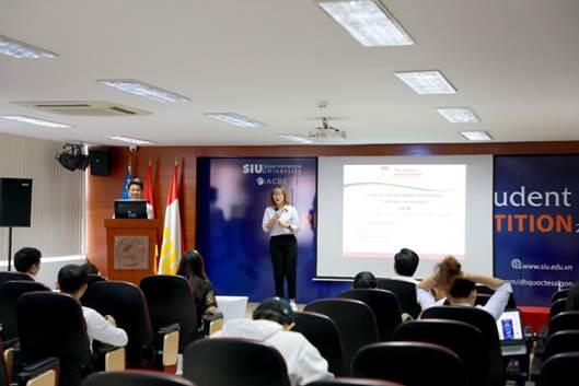Sinh viên Luật kinh tế quốc tế trình bày tham luận tại cuộc thi nghiên cứu khoa học của trường.