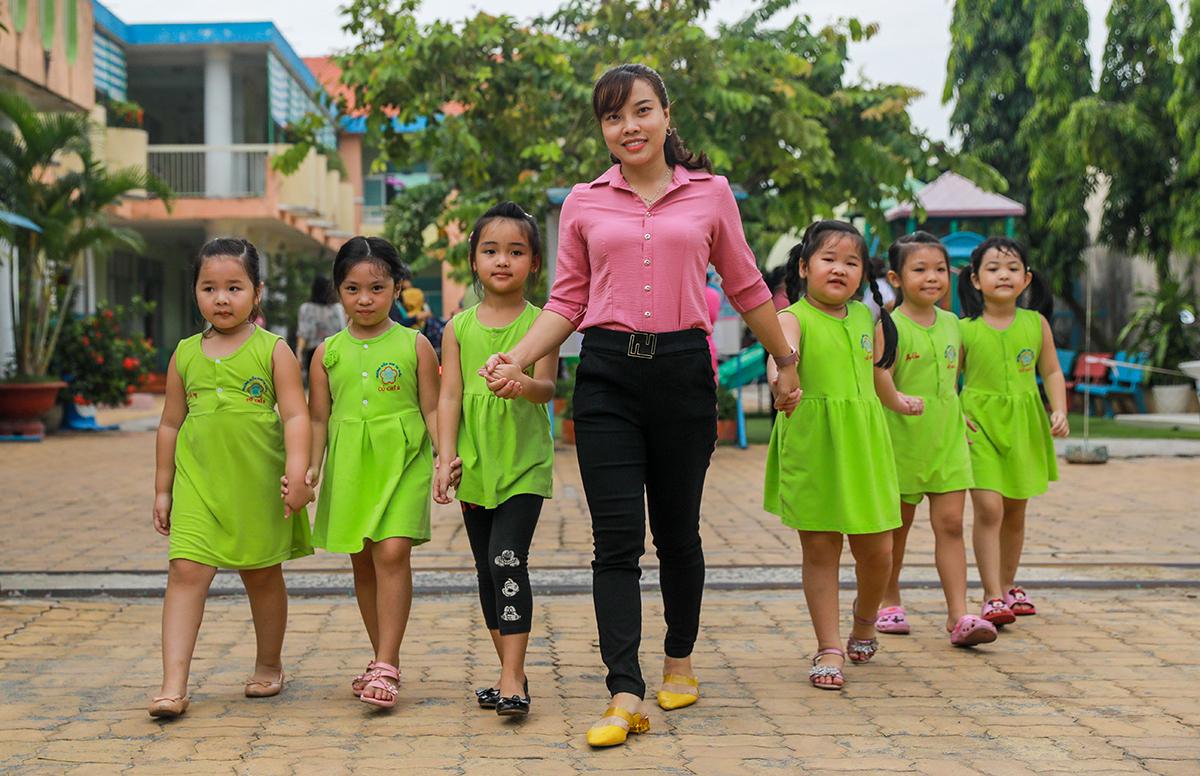 Cô trò trường Mầm non Củ Chi (TP HCM) ở trường hôm 10/6. Ảnh: Quỳnh Trần.