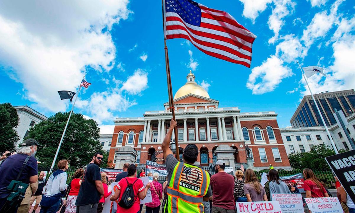 Biểu tình phản đối tiêm vaccine bắt buộc ở Boston, Mỹ hôm 30/8. Ảnh: AFP.