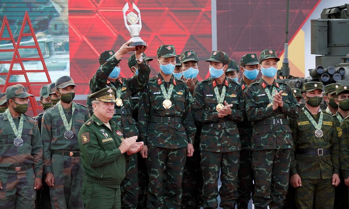 Đội tuyển Việt Nam nâng cúp vô địch trong lễ trao giải chiều 4/9. Ảnh: Bộ Quốc phòng Nga.
