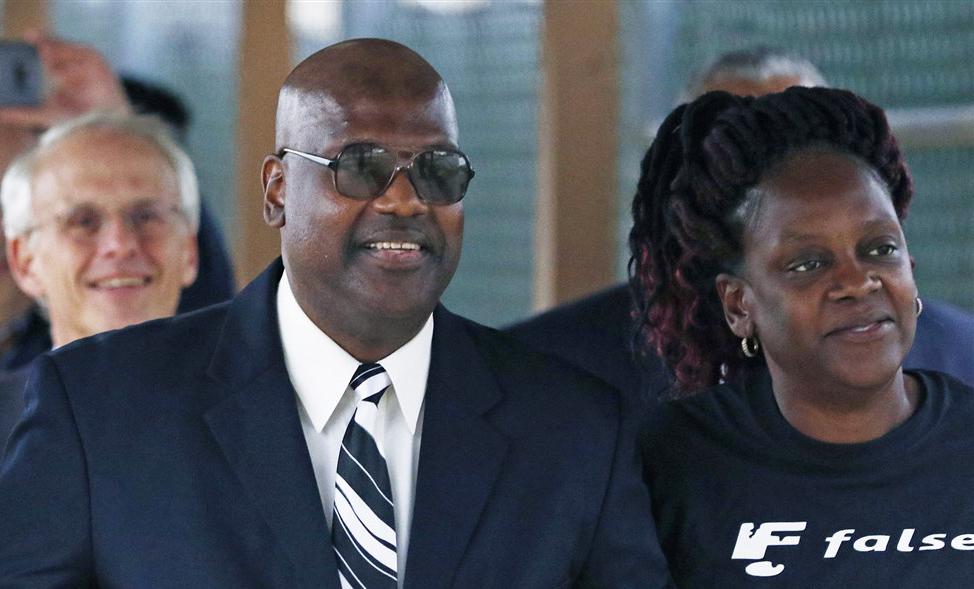 Curtis Flowers (trái) được chị gái chào đón sau khi rời trại giam vào cuối năm 2019. Ảnh: AP.