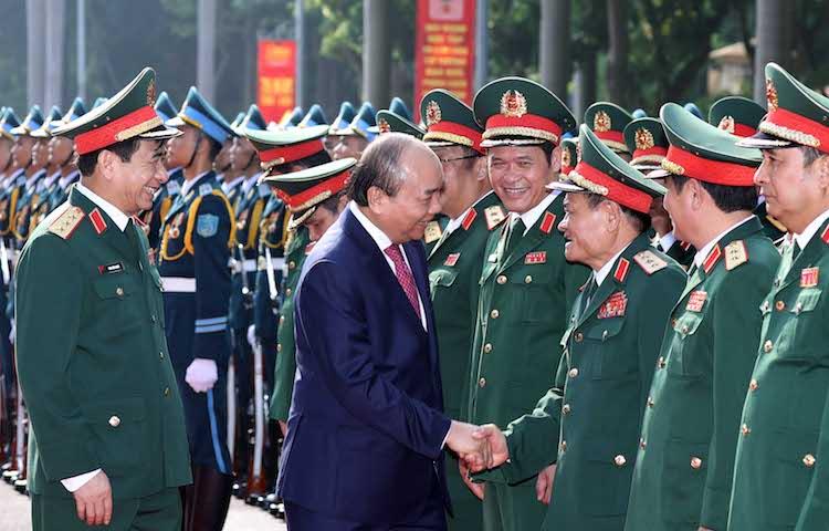 Thủ tướng bắt tay thăm hỏi đội ngũ lãnh đạo của Bộ Tổng tham mưu. Ảnh: VGP