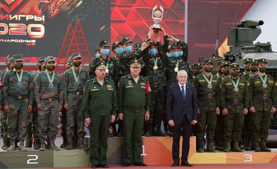 Đội xe tăng Việt Nam nâng cúp vô địch tại lễ trao giải ở thao trường Alabino, Moskva hôm 4/9. Ảnh: BQP Nga.