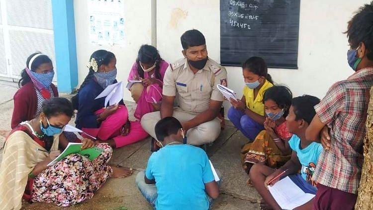 Shatappa dạy học cho trẻ em tại khu Nagarbhavi. Ảnh: TheNewsMinute