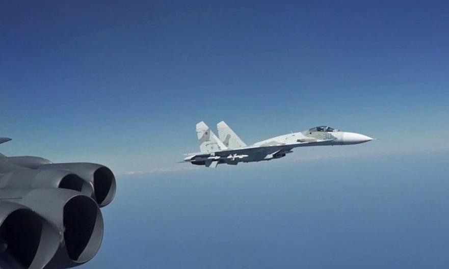 Tiêm kích Su-27 Nga giám sát oanh tạc cơ B-52H Mỹ hôm 28/8. Ảnh: USAF.