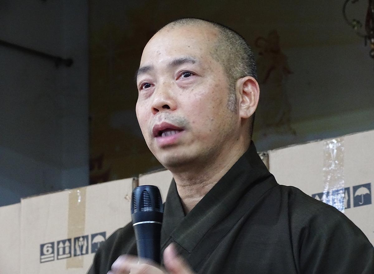 Thượng tọa Thích Quang Thạnh chia sẻ hướng giải quyết với các hũ tro cốt bị lẫn lộn ở chùa Kỳ Quang 2, chiều 5/9. Ảnh: Hà An.