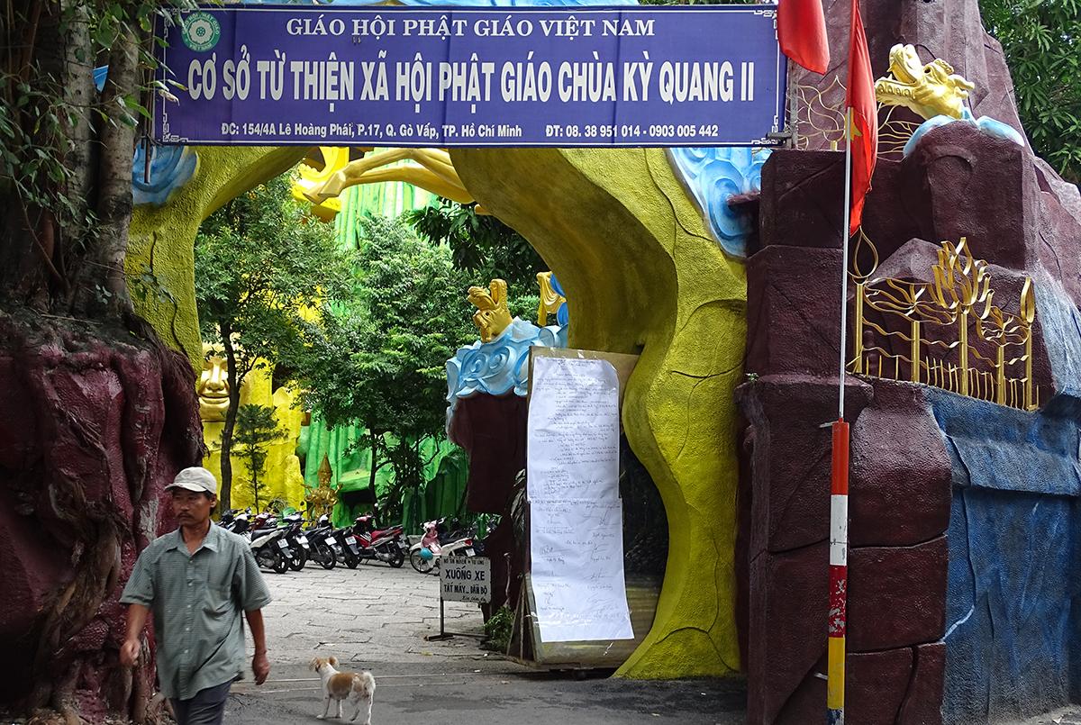 Cổng vào chùa Kỳ Quang 2 chiều 4/9. Ảnh: Hà An.