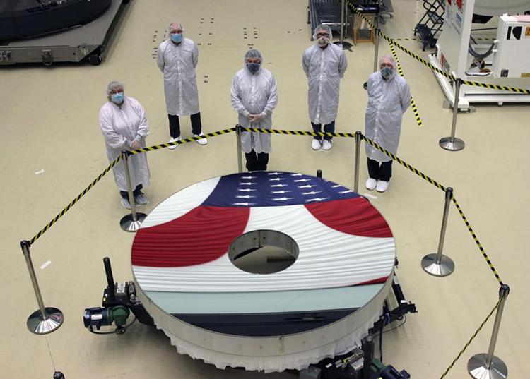 NASA đã lắp đặt xong gương chinh của kính viễn vọng Nancy Grace Roman. Ảnh: NASA.
