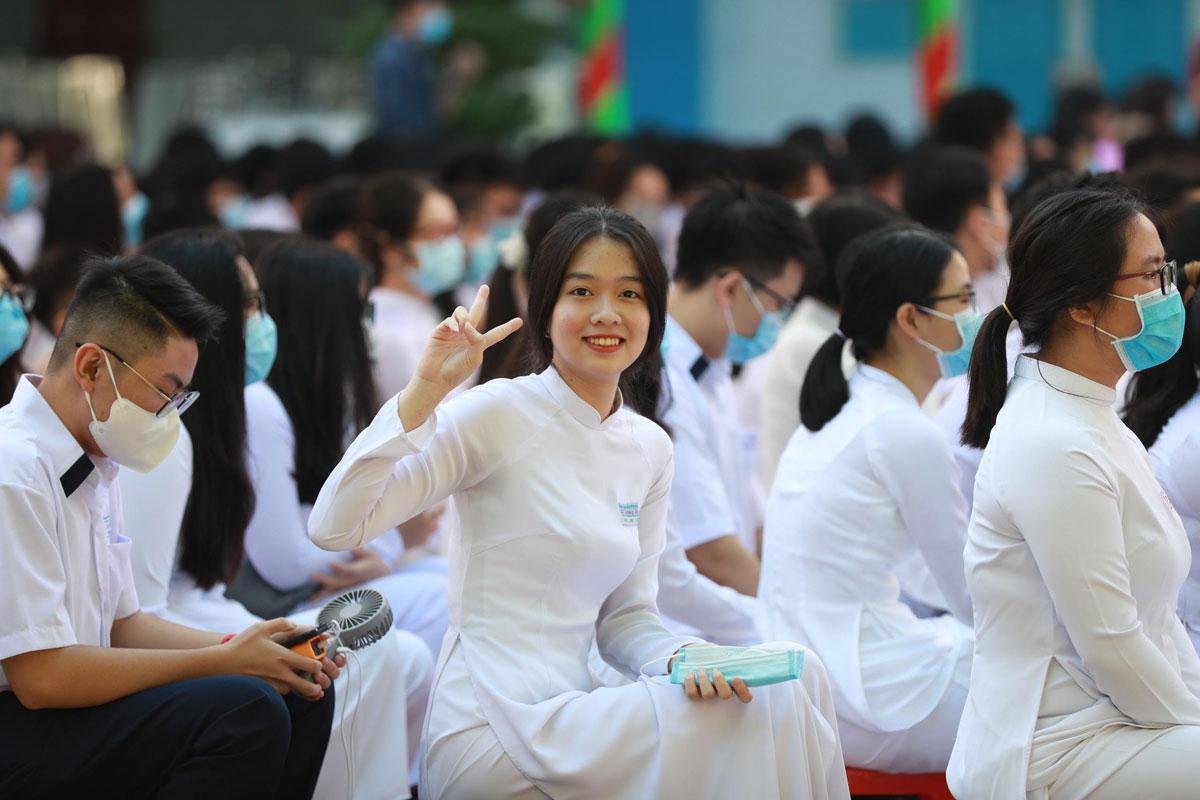 Học sinh trường THPT Nguyễn Du (quận 10, TP HCM) rạng rỡ trong ngày khai giảng. Ảnh: Hữu Khoa
