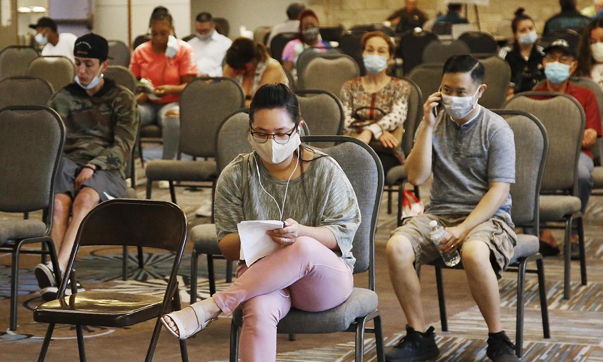 Người lao động Mỹ ngồi chờ xin trợ cấp thất nghiệp ở thành phố Midwest, bang Oklahoma hồi đầu tháng 7. Ảnh: AP.