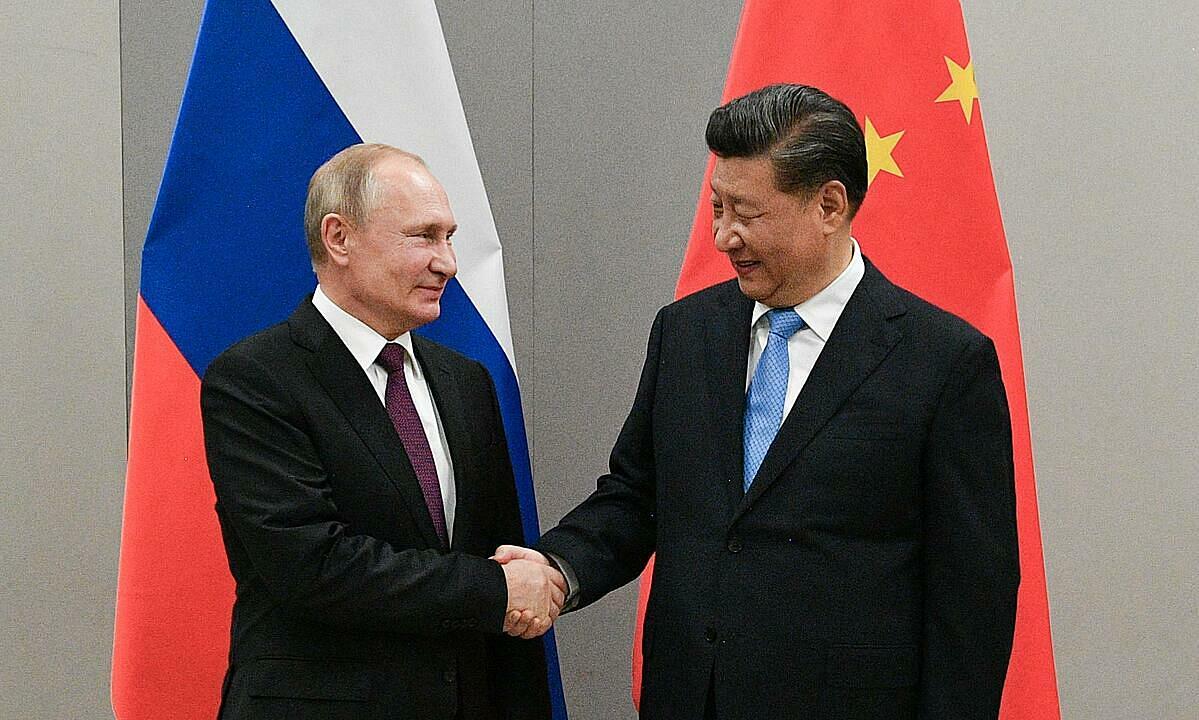 Tổng thống Nga Putin (trái) và Chỉ tịch Trung Quốc Tập Cận BÌnh lên lề một cuộc hopjtaij