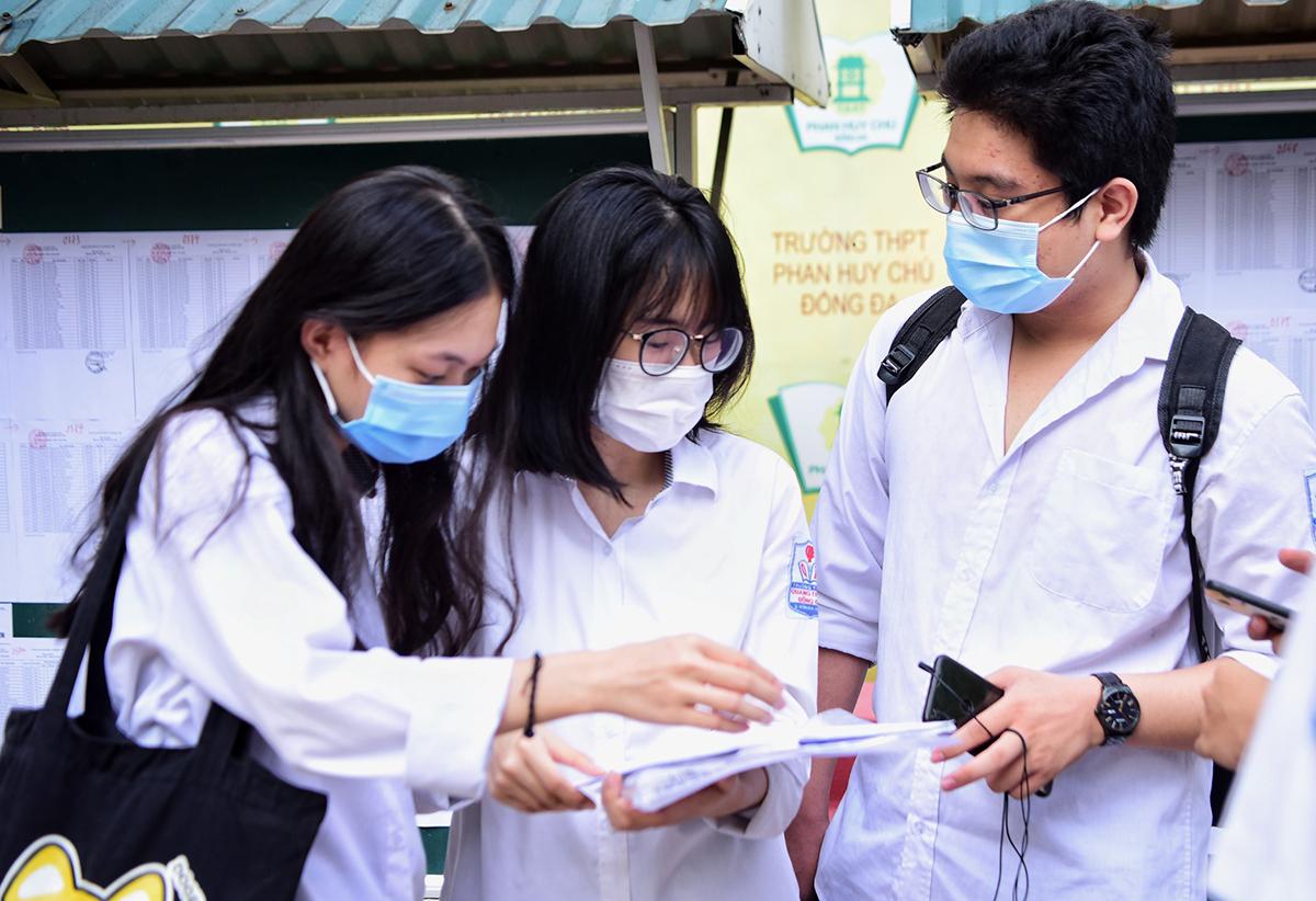 Thí sinh thi tốt nghiệp THPT tại điểm thi trường THPT Phan Huy Chú - Đống Đa (Hà Nội) trong ngày thi 9/8. Ảnh: Giang Huy.