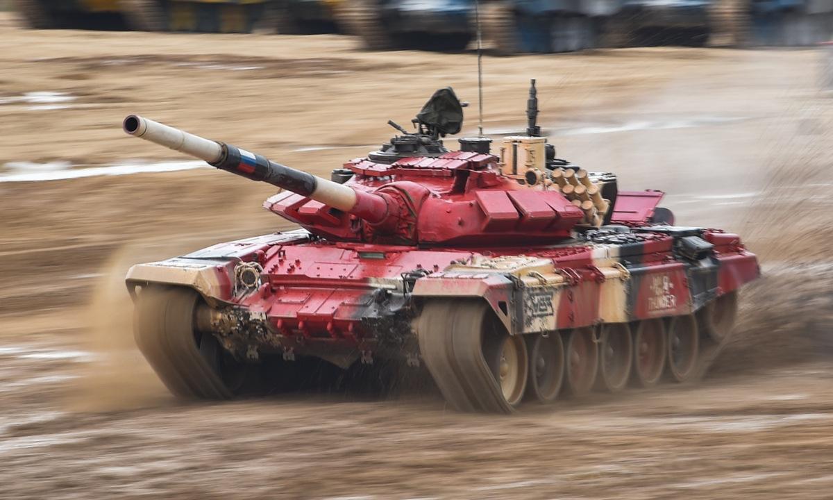 Xe tăng Nga lao về đích trong trận chung kết Bảng 1 Tank Biathlon. Ảnh: Zvezda.
