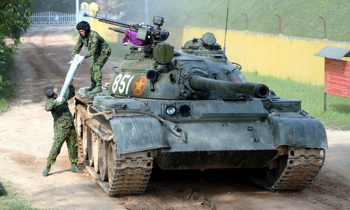 Kíp xe Việt Nam huấn luyện trên xe tăng T-54 tại Vĩnh Phúc. Ảnh: QĐND.