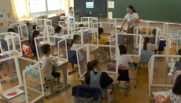 Lớp học ở Nhật Bản ngày đầu trở lại. Ảnh: CBS News