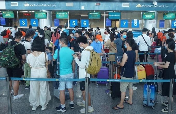 Sân bay Đà Nẵng đông đúc trước khi tạm dừng hoạt động vào 0h ngày 28/7. Ảnh: Gia Chính