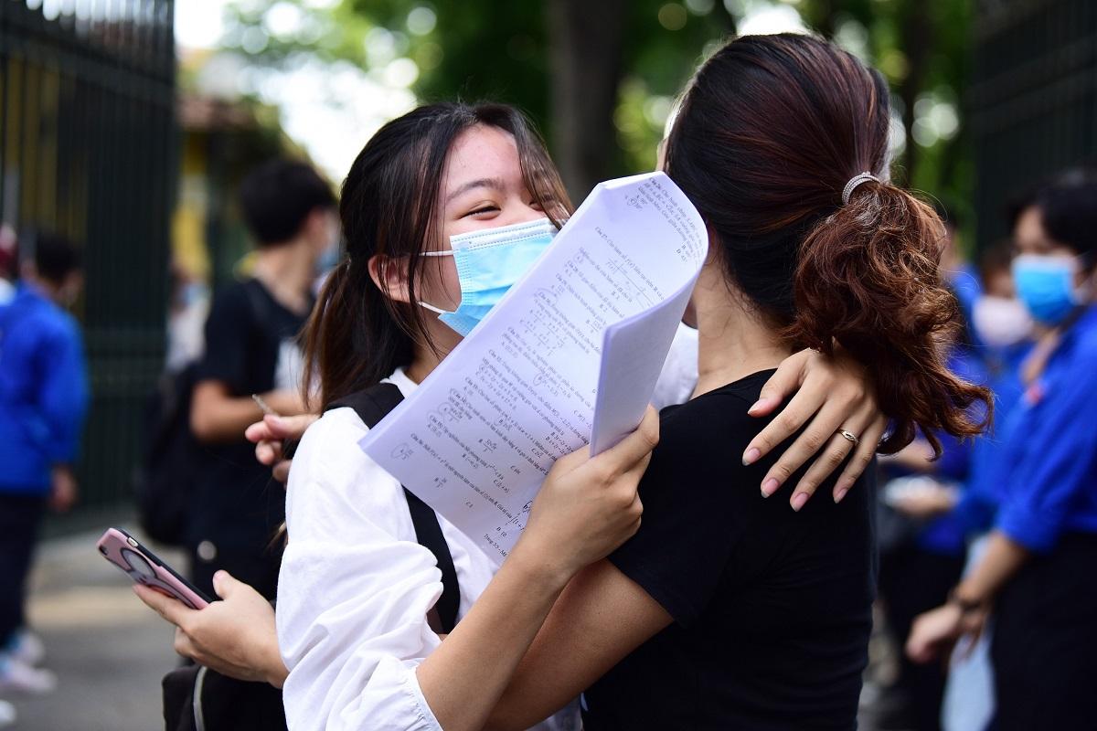 Thí sinh tại Hà Nội chia vui cùng người thân sau buổi thi Toán trong kỳ thi tốt nghiệp THPT 2020. Ảnh: Giang Huy