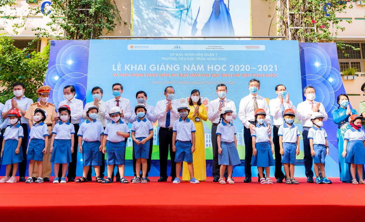 Đại diện Ủy ban An toàn giao thông Quốc gia, Bộ Giáo dục Đào tạo, công ty Honda Việt Nam và lãnh đạo TP HCM trao tặng mũ.