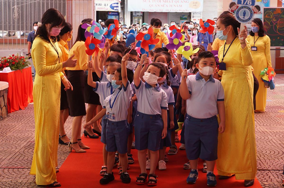 Học sinh lớp 1 trường Tiểu học Trần Hưng Đạo được cô giáo đón vào trường. Ảnh: Mạnh Tùng