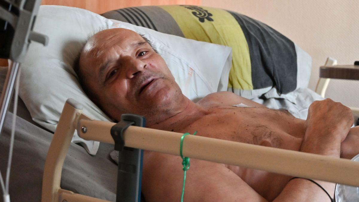 Alain Cocq nằm trên giường trong căn hộ ở Dijon, đông bắc France, hôm 12/8, Ảnh: AFP.
