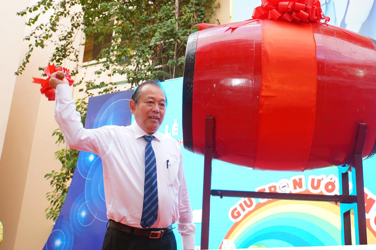 Phó thủ tướng Trương Hoà Bình đánh trống khai giảng tại trường Tiểu học Trần Hưng Đạo sáng 6/9. Ảnh: Mạnh Tùng