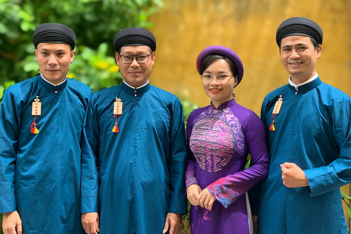 Cán bộ Sở Văn hóa ngày đầu tiên mặc áo dài ngũ thân đi làm. Ảnh: Thanh Phong