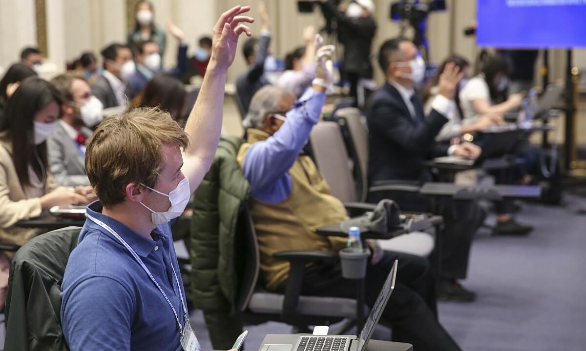 Phóng viên giơ tay đặt câu hỏi tại một cuộc họp báo ở Bắc Kinh, Trung Quốc, hồi tháng 3. Ảnh: Xinhua.