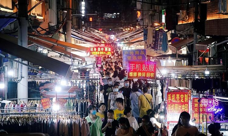 Một khu chợ đêm của Vũ Hán chật kín người hồi tháng trước. Ảnh: Reuters.