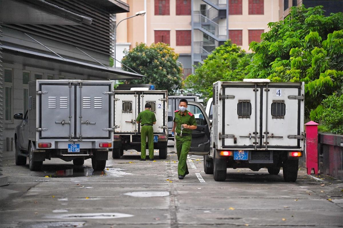 Đoàn xe chở các bị cáo đến TAND Hà Nội lúc gần 6h ngày 7/9. Ảnh: Giang Huy