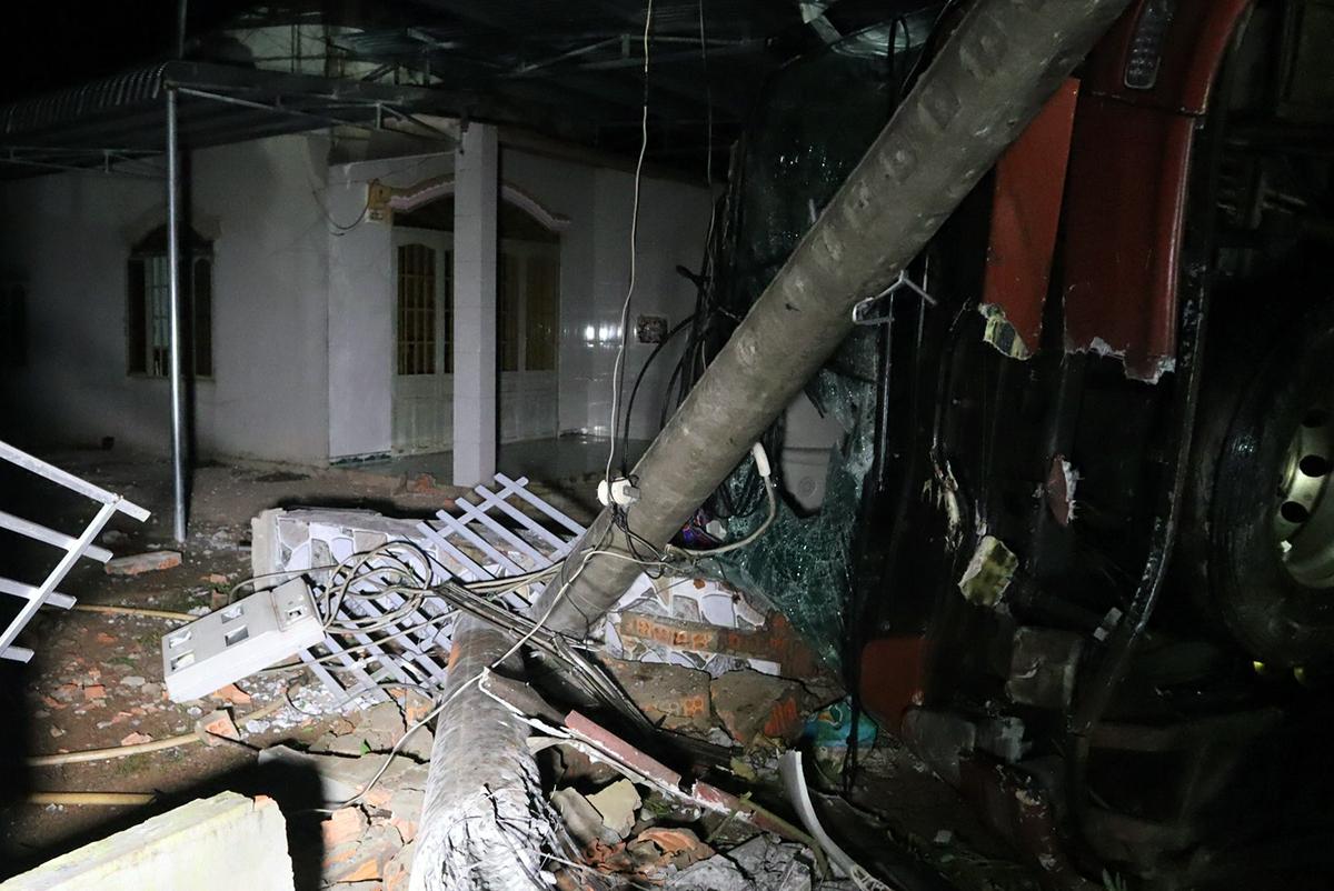 Vụ tai nạn khiên cổng và hàng rào nhà dân đổ sập. Ảnh: Văn Trăm