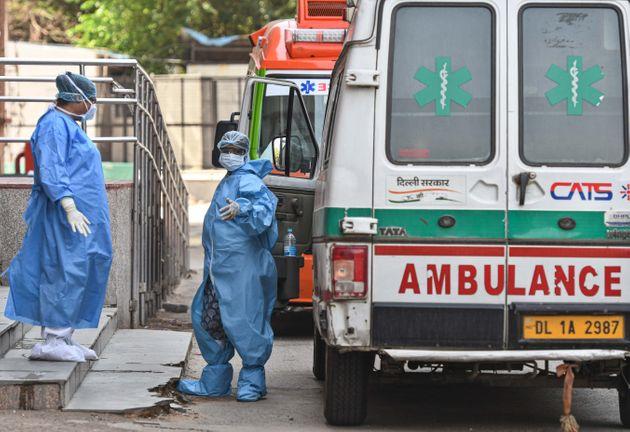 Tài xế xe cứu thương và nhân viên y tế ở bệnh viện Lok Nayak Jai Prakash Narayan, thủ đô New Delhi, hôm 15/5. Ảnh: Hindustan Times.
