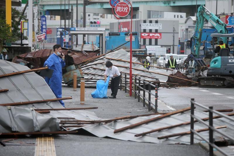 Lực lượng cứu hộ dọn dẹp các mái tôn bị bão Haishen cuốn ra đường ở Fukuoka, sau khi bão quét qua đảo Kyushu hôm 7/9. Ảnh: AFP.