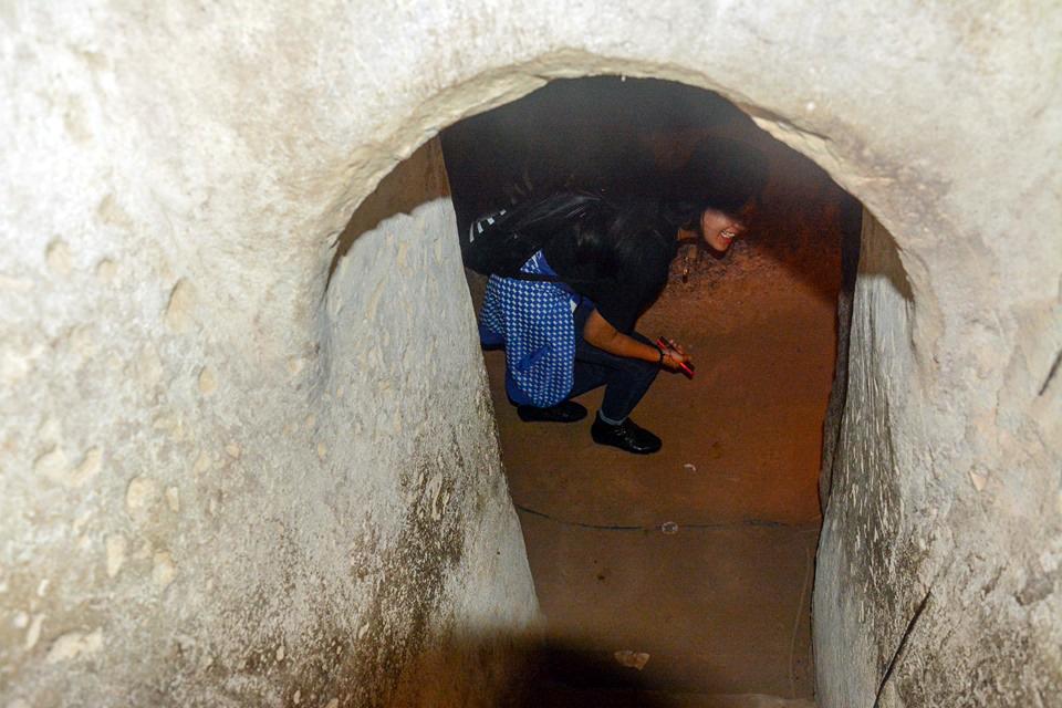 Địa đạo Củ Chi có ba tầng, tỏa ra nhiều nhánh dài thông nhau, cách mặt đất 3-10 m. Du khách tham quan phải khom người khi đi vào tầng hầm đầu tiên. Ảnh: Quỳnh Trần.