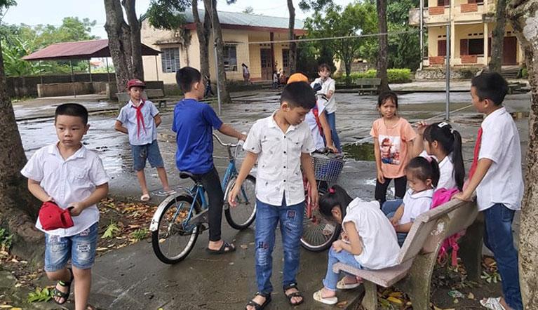 Hơn 100 học sinh tiểu học ở xã Trung Chính hôm nay vẫn không đến lớp. Ảnh: Lam Sơn.